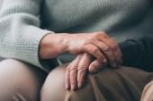 oříznutý pohled starší ženy, drželi se za ruce s bývalý manžel