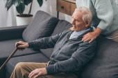 oříznutý pohled na starší ženě pÛdû bývalý manžel doma