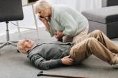 Fotografia Senior donna guardando marito che falled giù con infarto e morte