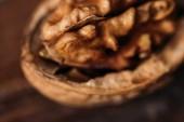pohled shora z ořechové skořápky jako Alzheimerova symbol