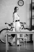 černo-bílé fotografie podnikatelka v oblasti formálního oblečení v moderních kancelářských interiérů