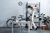 podnikatelka v bílém formální oblečení v moderních kancelářských interiérů