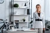 koncentrované podnikatelka v oblasti formální oblečení, koukal v moderních kancelářských interiérů