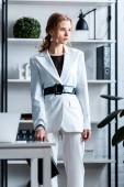 Stylový podnikatelka v oblasti formálního oblečení v moderních kancelářských interiérů