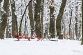 červené saně na sněhu v zimě parku