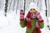 afro-amerikai gyermeket a meleg ruhát, integetett kézzel és mosolyogva néz a kamera-Tatabánya