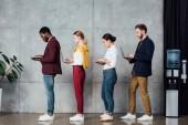 Fotografie mnohonárodnostní neformální podnikatelé pomocí notebooků v čekací hale