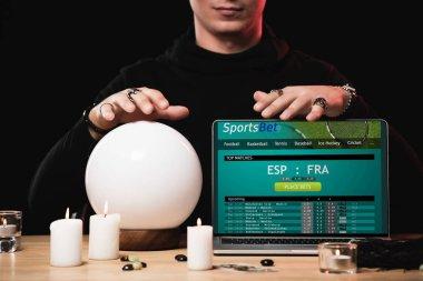 oracle spor bahis Web sitesi ile laptop yakınındaki kırpılmış görünümü ekranda siyah izole