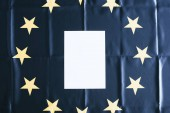 pohled shora bílé prázdné kopie prostor s Evropskou vlajku na pozadí