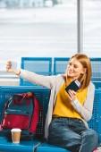 Fotografie atraktivní žena selfie s pas a vzduchu lístek do čekárny
