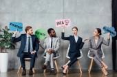 boldog többnemzetiségű üzletemberek gazdaság rakhatja az ötlet, a siker, a tervezés és a stratégia betűkkel ülve utasforgalmi épület