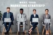 mnohonárodnostní podnikatelé sedí na židlích a používání notebooků v čekací hale co vaše marketingové strategie otázkou na zdi