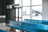 prázdné čekárny s modrým kovovým míst v Letiště