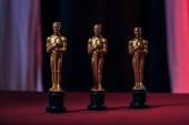lesklé zlaté Oskarů na tmavém pozadí