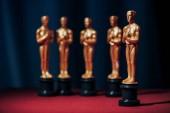 řada z Hollywoodu, které zlaté Oskarů na tmavém pozadí