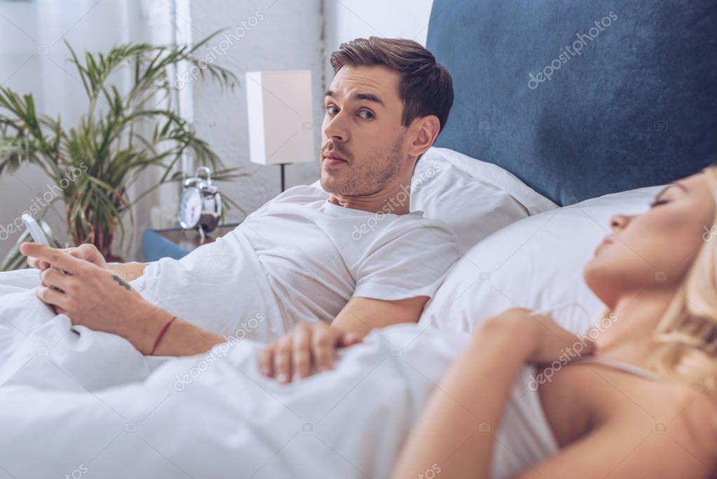 всего с камерой в постели супруги изображением