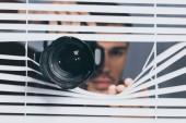 az ember, tartja a kamerát, és less vakok, bizalmatlanság koncepció kiadványról