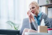 Fotografie selektiven Fokus verärgert Frau weinen und Tränen auf Couch zu Hause allein abwischen