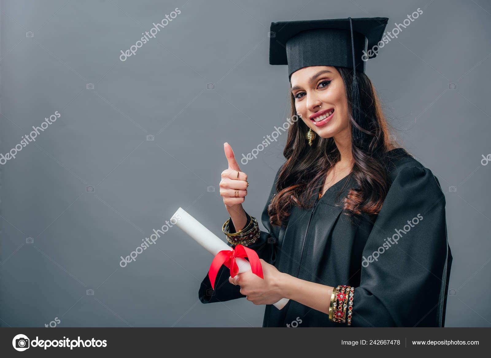 fd415375a Estudiante Indio Sonriente Con Sombrero Vestido Graduación Académico  Sosteniendo Diploma — Fotos de Stock