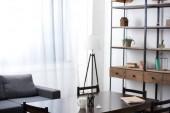 Fotografie prázdnou obývací pokoj stůl, pohovka, lampa a police