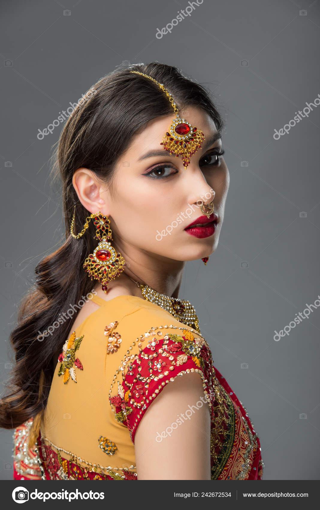 2e4bc093cd3235 Schöne Indische Frau Posiert Traditionellen Sari Und Zubehör Isoliert Auf —  Stockfoto