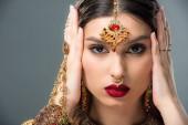 schöne Indianerin mit Bindi am Kopf, isoliert auf grau