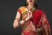 Fotografie verkürzten Blick auf indische Frau in traditioneller Kleidung zeigen Fenster Weisheit Mudra, isoliert auf grau