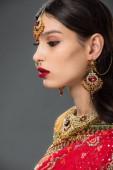 Fotografie krásná indická žena pózuje v tradičních oděvů a bindi, izolované Grey