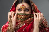 schöne Indianerin mit Bindi-Gesicht, isoliert auf grau
