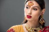 attraktive Indianerin in Sari und Bindi, isoliert auf grau