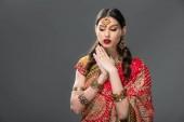 Fotografie attraktive Inderin in Sari und Zubehör, gestikulieren, isoliert auf grau