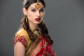 Fotografie schöne indische Frau im Sari und Zubehör, isoliert auf grau