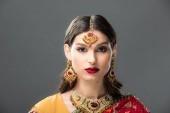 Fényképek vonzó indiai nő szárit és tartozékok, az szürke elszigetelt
