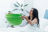 Fiatal nő, zöld medence foglalkozik vízkár hálószoba