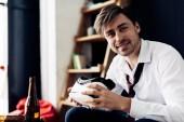 fröhlicher Mann mit Virtual-Reality-Headset nach Party