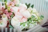 Fotografie Selektivní fokus čerstvých růžových růží kytice s balicí papír