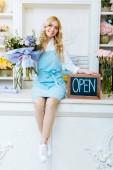 Fotografie schöne weibliche Blume Ladenbesitzer Tafel mit offenen Schriftzug und bunter Strauß beim Blick in die Kamera halten
