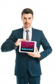 výkonný obchodník zobrazující digitální tabletu s obchodními grafů, izolované na bílém