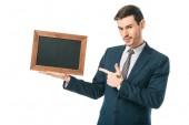Fotografie gut aussehend Geschäftsmann zeigte auf leeren Brett in Holzrahmen, isoliert auf weiss