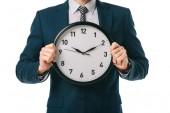 oříznutý pohled podnikatel drží hodiny izolované na bílém