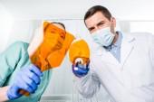 Fotografie dentists in masks holding uv lamp for whitening teeth