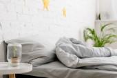 Útulné světlo ložnice s postelí a zelené rostliny