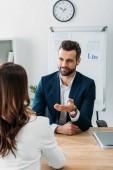 szelektív összpontosít jóképű tanácsadó öltöny, beszélgetett a szép befektető: worplace