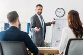 szelektív összpontosít, jóképű tanácsadó találat dokumentum befektetők illik a munkahelyen