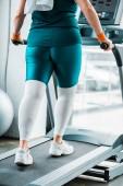 beschnitten-Ansicht der plus Size Frau auf Laufband im Fitness-Studio trainieren