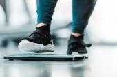 vista potata della donna di peso eccessivo in piedi sulle scale
