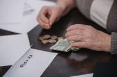 oříznutý pohled pár žena počítá peníze v obálce s nápisem roth ira