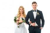 boldog menyasszony, esküvői csokor, és mosolyogva vőlegény elszigetelt fehér fekete öltöny