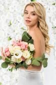 atraktivní mladá žena s svatební kytice na bílém pozadí květinové