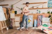 szép félmeztelen festő, kék farmer állandó tágas tükrében festmény stúdió